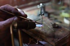 Arbete av förlagen, juvelerare Smyckenreparationen shoppar Tillverkning av smycken arkivbild