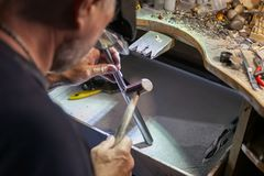Arbete av förlagen, juvelerare Smyckenreparationen shoppar Tillverkning av smycken royaltyfria bilder