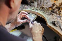 Arbete av förlagen, juvelerare Smyckenreparationen shoppar Tillverkning av smycken arkivbilder