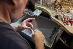 Arbete av förlagen, juvelerare Smyckenreparationen shoppar Tillverkning av smycken arkivfoton