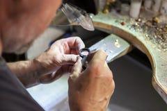 Arbete av förlagen, juvelerare Smyckenreparationen shoppar Tillverkning av smycken fotografering för bildbyråer