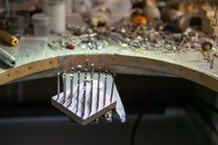 Arbete av förlagen, juvelerare Smyckenreparationen shoppar Tillverkning av smycken royaltyfri fotografi