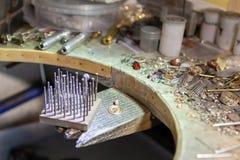 Arbete av förlagen, juvelerare Smyckenreparationen shoppar Tillverkning av smycken royaltyfri foto