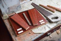 Arbete av inredningssnickaren på tabellen såg konstruktion royaltyfri foto