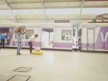 Arbete av liv på järnvägsstationen mumbai Arkivbild