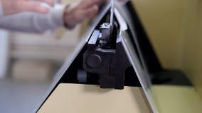 Arbete av printingmaskinen i printinghuset, slut upp arkivfilmer