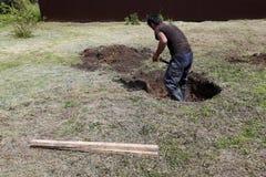 Arbete börjar att gräva en brunn Arkivbild