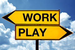 Arbete eller lek, mitt emot tecken Royaltyfria Bilder
