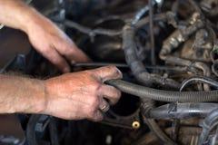 Arbete för auto mekaniker royaltyfria bilder