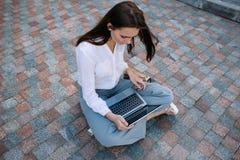 Arbete för bärbar dator för livsstil för affärskvinna utomhus- arkivbilder