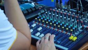 Arbete för baksiktsoperatör på den solida kontrollbordet arkivfilmer