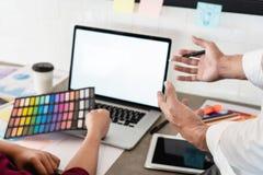 Arbete för besättning för lagjobbbusinessmans idérikt med nya nästa steg för startprojektplanläggning av arbete, teamworkprocess, arkivfoton