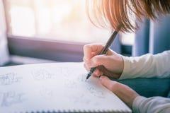 Arbete för bläckpenna för kvinnahandteckning på vitbok Royaltyfri Bild