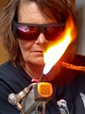 Arbete för flammafacklahantverkare Arkivbilder