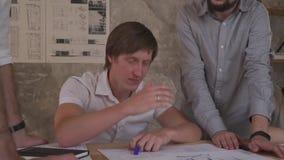 Arbete för kontorsanställda, med teckningar Överansträngningar i regeringsställning lager videofilmer
