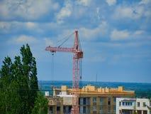Arbete för arbete för kran för överkant för sikt för landskap för hus för konstruktionsstadslägenhet lyftande arkivbilder