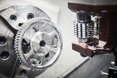 Arbete för kugghjulmalningmaskin Mala maskin för CNC i metallarbetebransch arkivbild