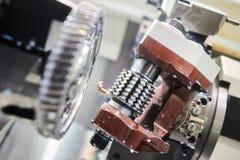 Arbete för kugghjulmalningmaskin Mala maskin för CNC i metallarbetebransch royaltyfri bild