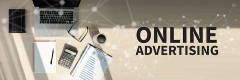 Arbete för lag för ONLINE-ADVERTIZINGaffär med finansiellt rapportförbud royaltyfri fotografi