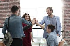 Arbete för lag för visning för affärsfolk lyckligt och ge fem royaltyfri foto