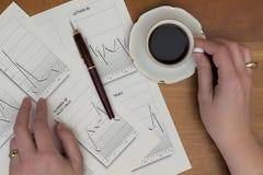 arbete för penna för skrivbordsarbete för papper för kontor för nummer för skrivbord för bakgrundsräknemaskindata finansiellt Fotografering för Bildbyråer