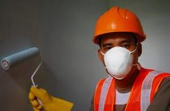 Arbete för säkerhet för målarearbetare bärande på jobb royaltyfria foton