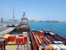 Arbete för skyttel för tillförsel för lastoperationer pågående onboard för frånlands- plattformar Logistikbakgrund i fossila br?n royaltyfria bilder