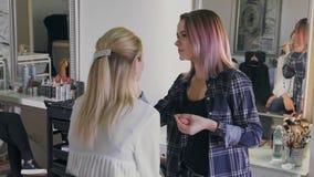 Arbete för sminkkonstnär på hennes vän verkligt folk lager videofilmer