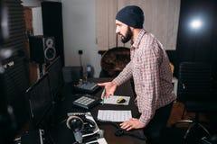 Arbete för solid tekniker med rekordet i musikstudio Arkivbilder