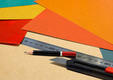 Arbete för stationär utrustning i regeringsställning blyertspenna, linjal och kniv Royaltyfri Fotografi
