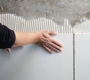 arbete för tegelplattor för mason för konstruktionshandman royaltyfria foton