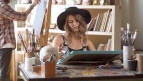 Arbete för två målare i studio lager videofilmer
