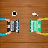 Arbete för två personer med datorer Royaltyfri Bild
