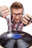 Arbete för ung man som dj med öra-telefoner och exponeringsglas Royaltyfri Bild