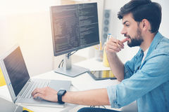 Arbete för ung man som en programmerare Arkivbild