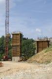 arbete för väg för brokonstruktion Arkivfoton