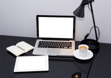 Arbete förlägger med bärbar dator och tableten Royaltyfri Fotografi