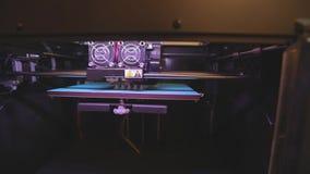 arbete f?r skrivare 3D skrivare som 3D skrivar ut ett objekt fr?n plast- Den automatiska tredimensionella skrivaren 3d utf?r plas stock video