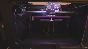 arbete f?r skrivare 3D skrivare som 3D skrivar ut ett objekt fr?n plast- Den automatiska tredimensionella skrivaren 3d utf?r plas arkivfilmer