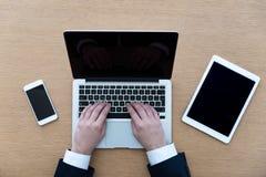 Arbete från den ovannämnda bärbara datorn och hjälpmedel Royaltyfri Bild