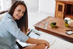 Arbete för affärskvinna, genom att använda hemmet för bärbar datordator Folkkommunikation Arkivfoton