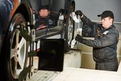 Arbete för service för bilhjuljustering Royaltyfri Foto