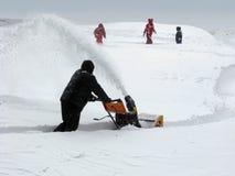 Snowborttagning med en snowblower Royaltyfria Foton