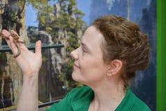 Arbete i den dalta zoo: ` Oss beträffande ` samma blod `, royaltyfri bild