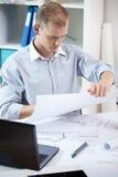 Arbete i det arkitektoniska kontoret Fotografering för Bildbyråer