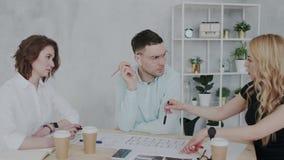 Arbete i en modern arkitektonisk idérik byrå Anställda som är närvarande och föreslår till för inredesign för framstickande det n lager videofilmer