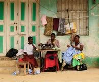 Arbete i gatan i Afrika Royaltyfri Bild