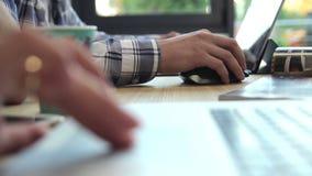Arbete med anteckningsböcker stänger sig upp lager videofilmer