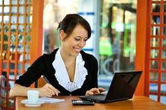 Arbete och en kopp av kaffe Arkivfoto