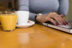 Arbete och kaffe samtidigt fotografering för bildbyråer